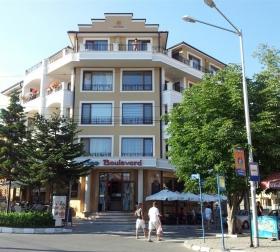 Фасада на сграда в центъра на Равда
